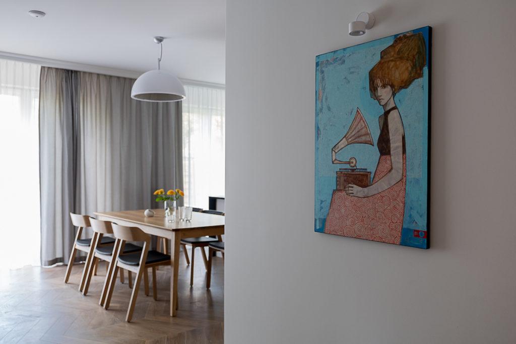 Michał Warecki Galeria Warecki sztuka w domu obraz na ścianie kobieta z gramofonem gdzie powiesić obraz jak eksponować sztukę w domu