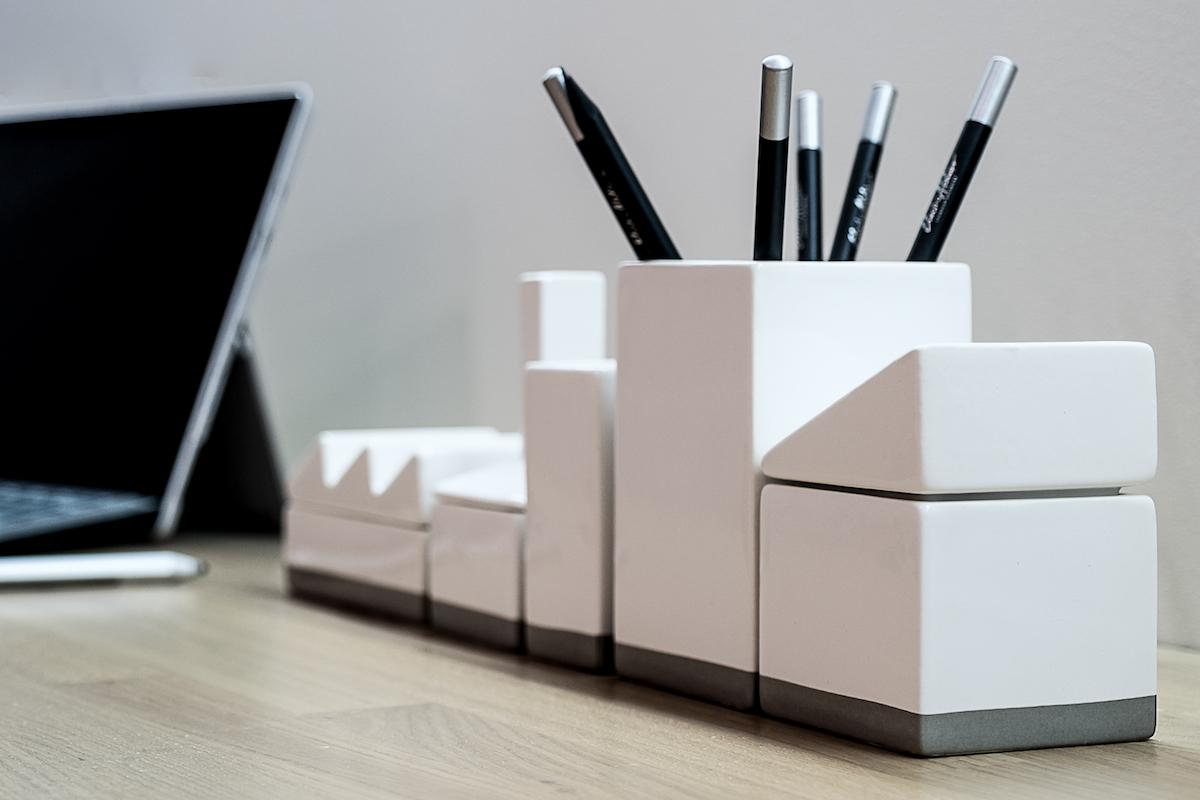 biurko gabinet pokój nastolatka organizer porządek na biurku przechowywanie drobiazgów ładny detal miejsce na laptopa drewniany blat