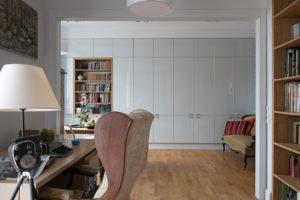 antyki w nowoczesnym mieszkaniu jak łączyć stare i nowe stare meble kawalerska projektowanie wnętrz warszawa Jacek Tryc architekt