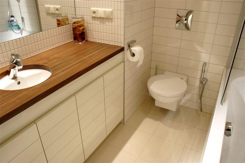 blatzabudowa pralkimeble do łazienki Jacek Tryc architekt zabudowana pralka łazienka w bloku urządzamy łazienkę aranżacja łazienki projektowanie wnętrz warszawa ładne łazienki dobry architekt blat pod umywalkę drewno w łazience drewniana podłoga w łazience