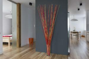 Jacek Tryc architekt projektowanie wnętrz aranżacja wnętrz szklane drzwi salon nowoczesna kuchnia ciemna kuchnia kosz na śmieci drewno drewniana belka