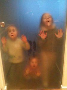 dzieci szklane drzwi zabawa w chowanego w domu urządzamy dom mamy dzieciszklane drzwi architekt wnętrz projektowanie wnętrz warszawa Jacek Tryc projektowanie szkło drzwi wewnętrzne szkło hartowane
