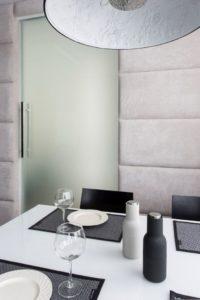 tapicerowana ściana szklane drzwi architekt wnętrz projektowanie wnętrz warszawa Jacek Tryc projektowanie szkło drzwi wewnętrzne szkło hartowane
