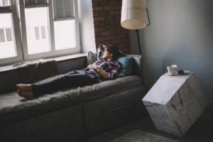 loftowe klimaty, loftowy styl metalowe łóżko ładna dziewczyna dopoczynek