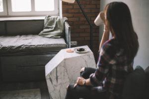 loftowe klimaty, loftowy styl metalowe łóżko ładna dziewczyna odpoczynek