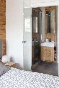 łazienka sypialnia szafka pod umywalkę drewno w łazience mała łazienkaszklane drzwi architekt wnętrz projektowanie wnętrz warszawa Jacek Tryc projektowanie szkło drzwi wewnętrzne szkło hartowane