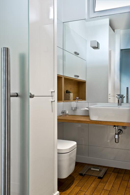 zabudowa pralkimeble do łazienki Jacek Tryc architekt zabudowana pralka łazienka w bloku urządzamy łazienkę aranżacja łazienki projektowanie wnętrz warszawa ładne łazienki dobry architekt blat pod umywalkę drewno w łazience drewniana podłoga w łazience