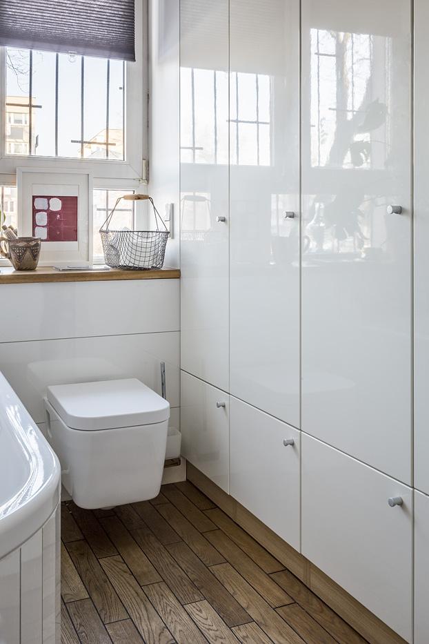 szafa w łaziencezabudowa pralkimeble do łazienki Jacek Tryc architekt zabudowana pralka łazienka w bloku urządzamy łazienkę aranżacja łazienki projektowanie wnętrz warszawa ładne łazienki dobry architekt blat pod umywalkę drewno w łazience drewniana podłoga w łazience