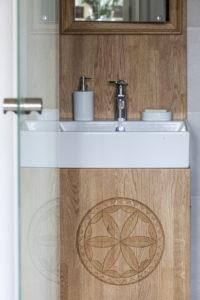 szafka do łazienki ludowy wzór rozeta zakopaneszklane drzwi architekt wnętrz projektowanie wnętrz warszawa Jacek Tryc projektowanie szkło drzwi wewnętrzne szkło hartowane