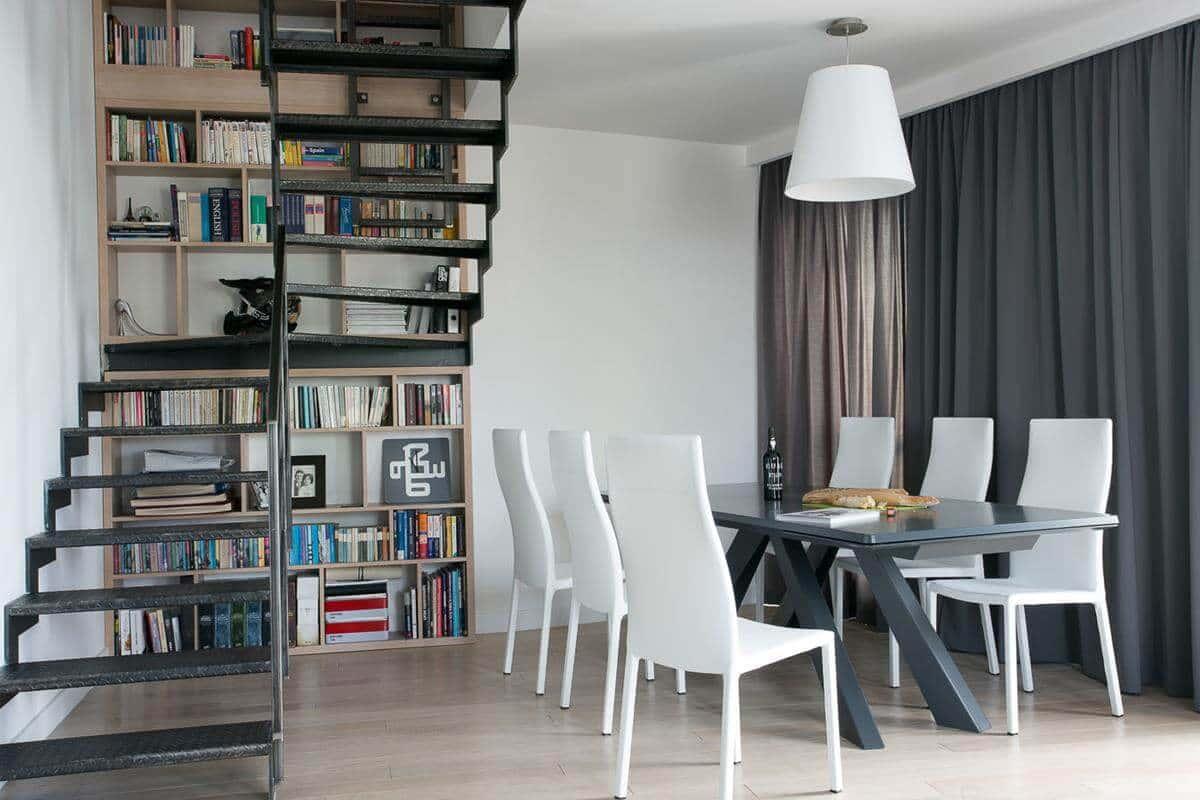 projektowanie wnętrz architekt wnętrz Warszawa Jacek Tryc biblioteczka schody jadalnia salon zasłony aranżacja wnętrz stal i drewno mieszkanie dwupoziomowe apartament
