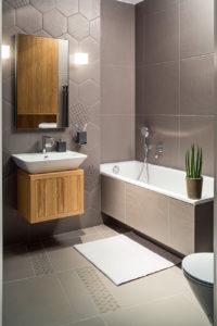 Monochromatyczna łazienka. Projekt wnętrz architekt Jacek Tryc płytki heksagony drewniana szafka w łazience ładna łazienka