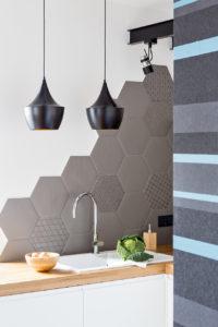 architekt wnętrz Jacek Tryc kuchnia projektant wnętrz i mebli eleganckie wnętrza i nowoczesne meble piękne lampy kuchenne płytki heksagony szare