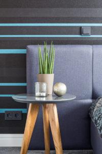 architekt wnętrz Warszawa Jacek Tryc mieszkanie na Bemowie sypialnia stolik w sypialni inspiracje sypialnia ładna sypialnia niebieska tapeta w sypialni kwiatek na stole