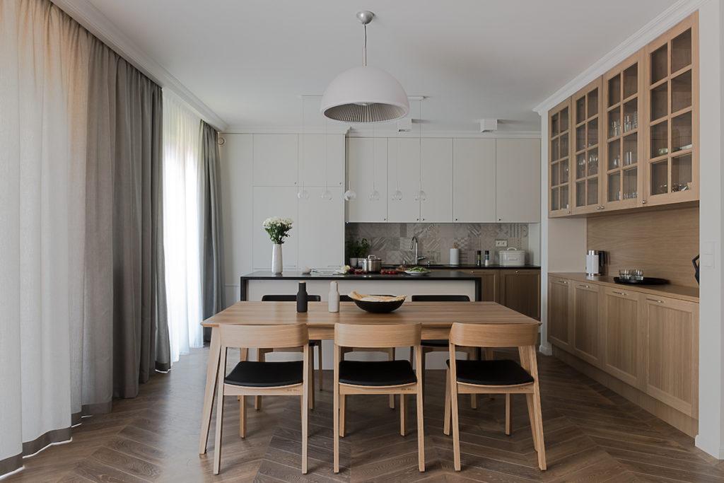 rozkładany stół kuchnia i salon kuchnia na wymiar piekna kuchnia nowoeczesne wnętrza dom dla rodziny urządzamy jadalnie funkcjonalna jadalnia salon z kuchnią wyspa aranżacja wnętrz architekt wnętrz projektowanie wnętrz Jacek Tryc architekt warszawa
