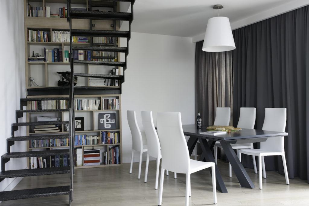 stół w salonie elegancka jadalnia nowoczesne wnętrza architekt WArszawa Jacek Tryc projektowanie stól i krzesła biblioteczka w domu schody