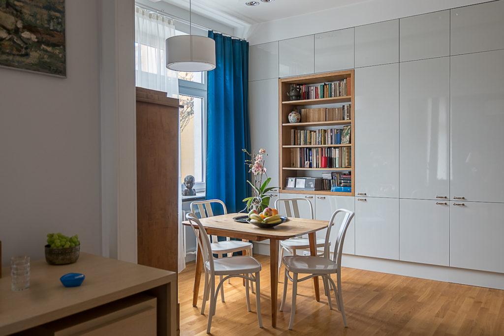 mały stół w kawalerce mieszkanie dla singla mieszkanie w kaminicy dom z klimatem duch przewojennej kamienicy aranżacja małego wnętrza Jacek Tryc architekt wnętrz projektowanie wnętrz Warszawa jak urzadzić stare mieszkanie żeby było funkcjonalne