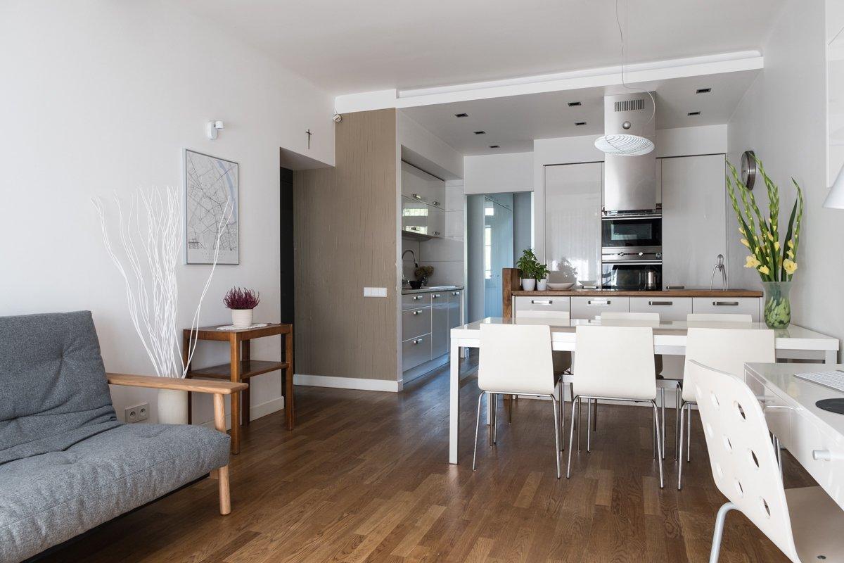 salon kuchnia projektowanie wnętrz ładna kanapa podwieszany sufit jacek Tryc projektowanie wnętrz