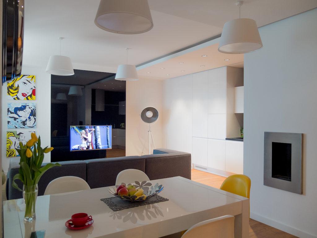 stól jadalnia kolorowe krzesła nowoczesne wnętrza salon z kuchnią i jadalnią urządzamy mieszkanie w bloku meble na wymiar popart architekt wnetrza projektowanie wnętrz Jacek Tryc aranżacja Warszawa