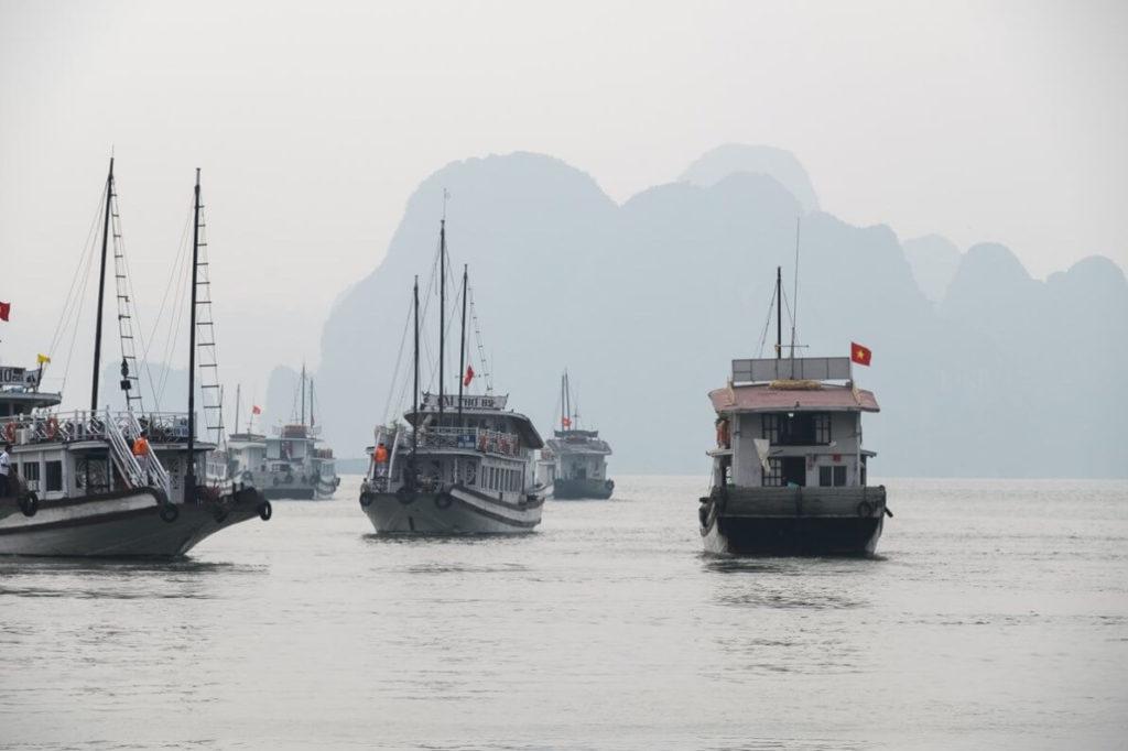 Wietnam statki zatoka Hạ Long Zatoka Tonkińska podróze Jacek Tryc architekt wnętrz