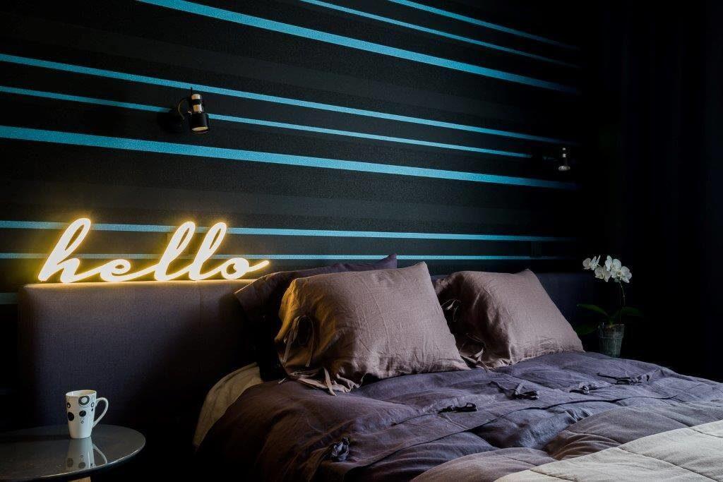 projektowanie wnętrz warszawa architekt wnętrz Jacek Tryc sypialnia tapeta w sypialni piękne i wygodne łóżko sypialnia łóżko z wezgłowiem szaro - niebieska sypialnia jaka tapeta do sypialni?