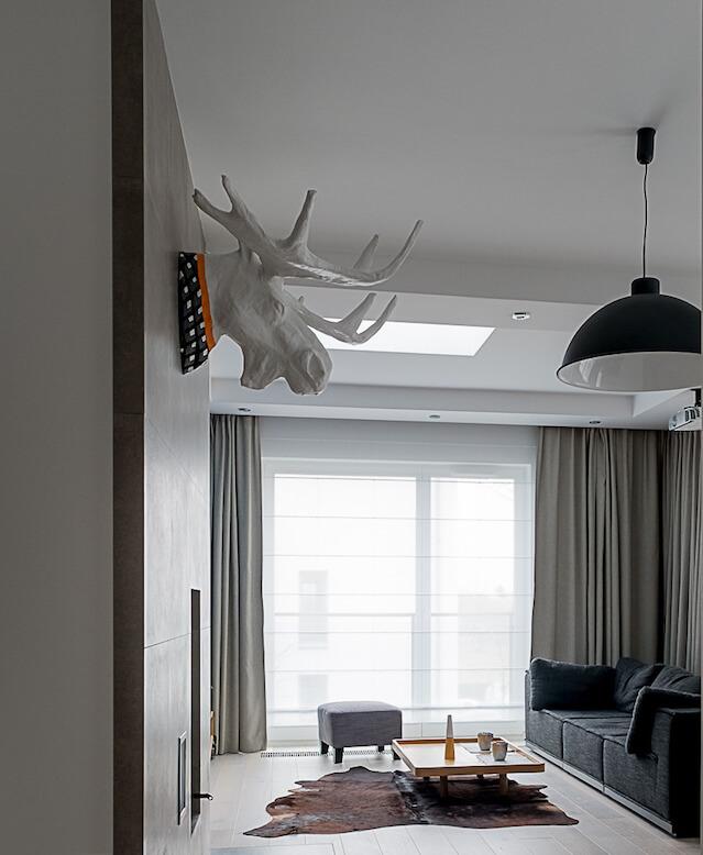 projekt domu Jacek Tryc papierowa rzeźba na ścianie kominek w salonie Projektowanie wnętrz Warszawa