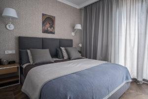 tapeta w sypialni sypialnia łożko bed bedroom projektowanie wnętrz niebieska sypialnia