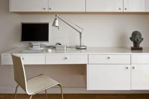 biurko rzeźba sztuka w miejscu pracy minimalizm architekt wnętrz warszawa Jacek Tryc biuro w domu sztuka w domu