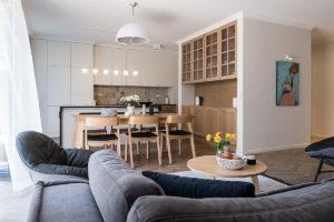 salon z kuchnią obraz Michał Warceki sztuka w domu stól i krzesła marka Ton meble na wymiar piękny obraz w domu