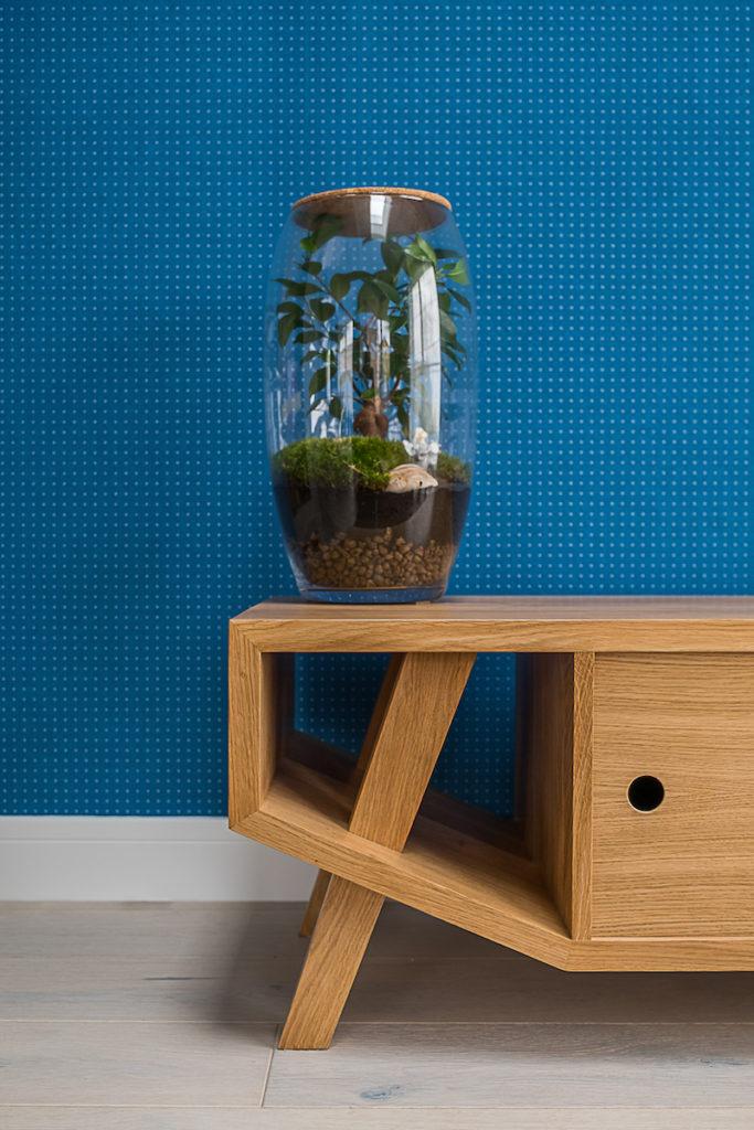 tapeta las w słoiku szafka pod telewizor niebieska tapeta design architekt wnętrz projektowanie wnętrz Warszawa drewno