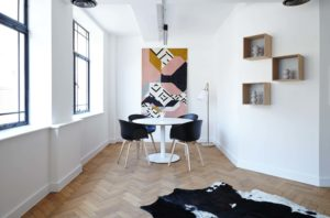 jacek tryc architekt wnętrz warszawa parkiet w jodełkę obraz w domu sztuka w domu nowoczesne wnętrza jadalnia w kamienicy czarne krzesła biały stół