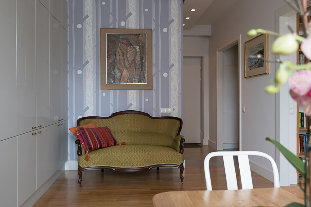 tapeta w salonie stare meble nowoczesne wnętrze mieszkanie w kamienicy Jacek Tryc projektowanie wnętrz architekt wnętrz tapeta do salonu