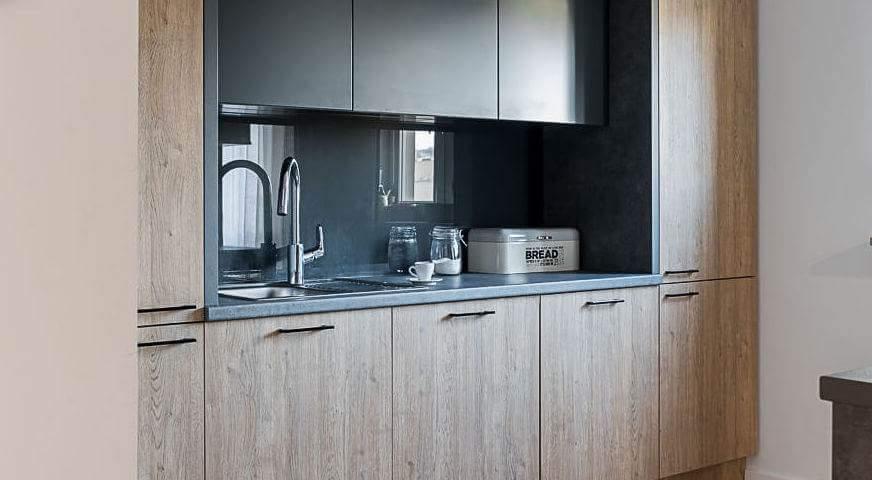 nowoczesna kuchnia drewno i szary blat kuchnia nie biała inna niż biała meble do kuchni kto ma szare blaty w kuchni projektowanie wnętrz projektowanie mebli architekt wnętrz dobry architekt polecony architekt ładne aranżacje wnętrz