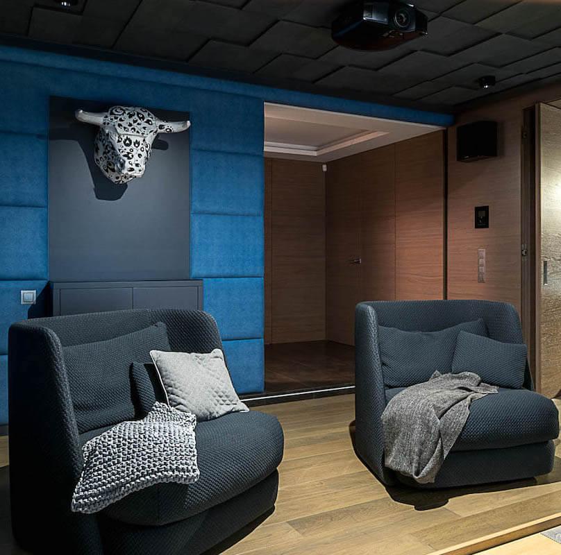 Autorska pracownia projektowania wnętrz. Dom dobrze zaprojektowany. polski design, papierowa rzeźba, sala kinowa, fotele, wygodne fotele, papierowa głowa krowy, nowoczesne dekoracje ścienne