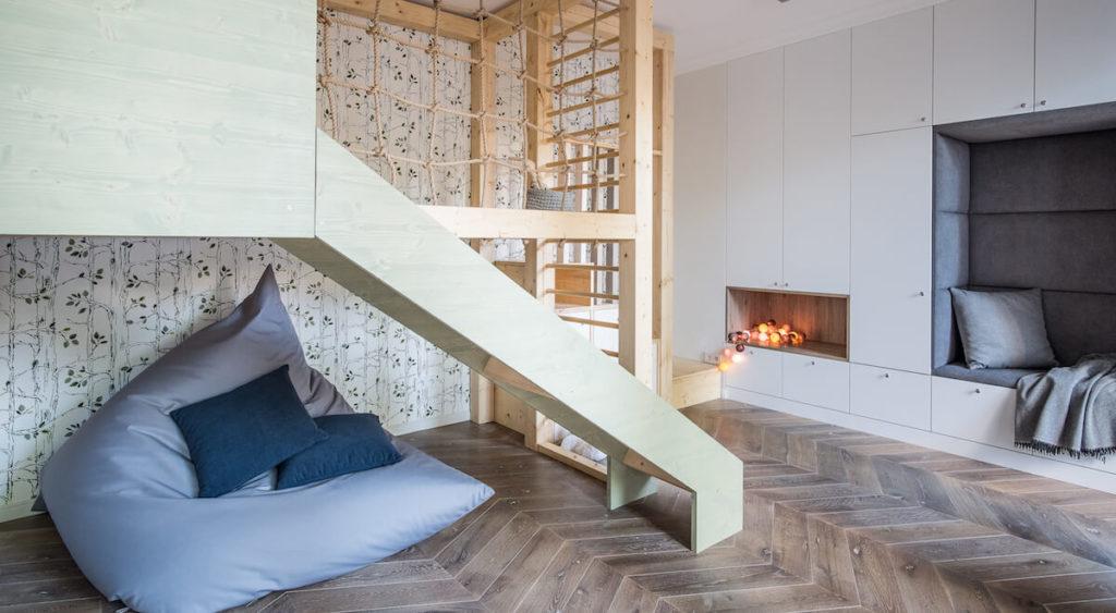 Pokój rekreacyjny dla dzieci. W meblościance tapicerowane siedzisko. meble na wymiar. Dom dobrze zaprojektowany