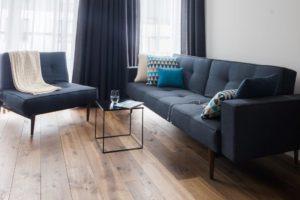 wygodna kanap a w salonie miejsce do dopoczynku granatowa sofa innovation meble sofa i fotel do salonu komplet stolik kawowy nowoczesne wnętrza ladna podloga chapel parkiet podloga
