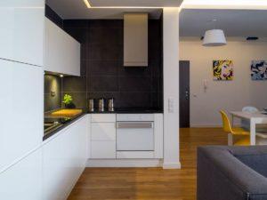 nowoczesna kuchnia biało czarna żólte krzesło kolorowe krzesło minmalizm piękne wnętrza ładna kuchnia w bloku salon z kuchnią dobry architekt warszawa Jacek Tryc projektowanie wnętrz inspirujące zdjęcia mieszkań szukam dobrego architekta kogo polecacie architekt wnętrz