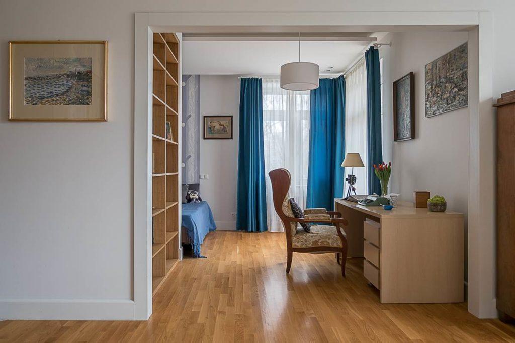 dom do pracy zdalnej biurko aranżacja mieszkania w kamienicy w starej kamienicy niebieskie zasłony duże okno mieszkanie w kamienicy kreatywny architekt czy ktoś remontował stare mieszkanie w kamienicy szukam architekta kogo polecacie dobry architekt Warszawa Solec Powiśle