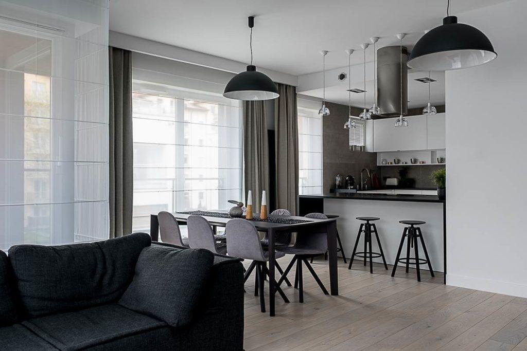 Wnętrza biało - czarne. Dom w Warszawie projekt wnętrz Jacek Tryc nowoczesne wnętrza pokój dzienny z kcuhnią jadalnia ładne krzesła dobry projektant piękne wnętrza piękna kuchnia meble na wymiar szukam architekta autorska pracownia projektowania wnętrz luksusowe wnętrza kreatywny architekt efektowne wnętrza polecony architekt