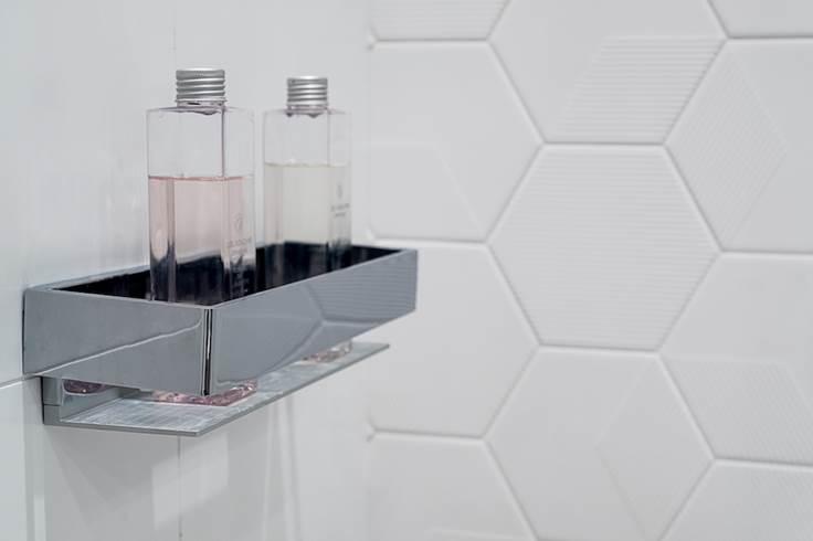 polka pod prysznic ładna póka pod prysznic płytki heksagony białe płytki pod prysznic pólka na mydło Jacek Tryc - projekt ładna łazienka