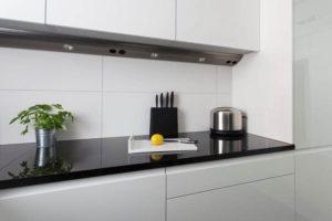 biało- czarna kuchnia nowoczesna kuchnia ładne meble kuchenne aranżacja wnętrz najładniejsze wnętrza Warszawa Jacek Tryc biała kuchnia czarny blat