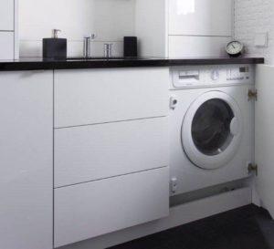biało - czarne szafki w łazience ukryta pralka pralka w zabudowie nowoczesna łazienka dobry architekt projektant w fantazją meble na wymiar