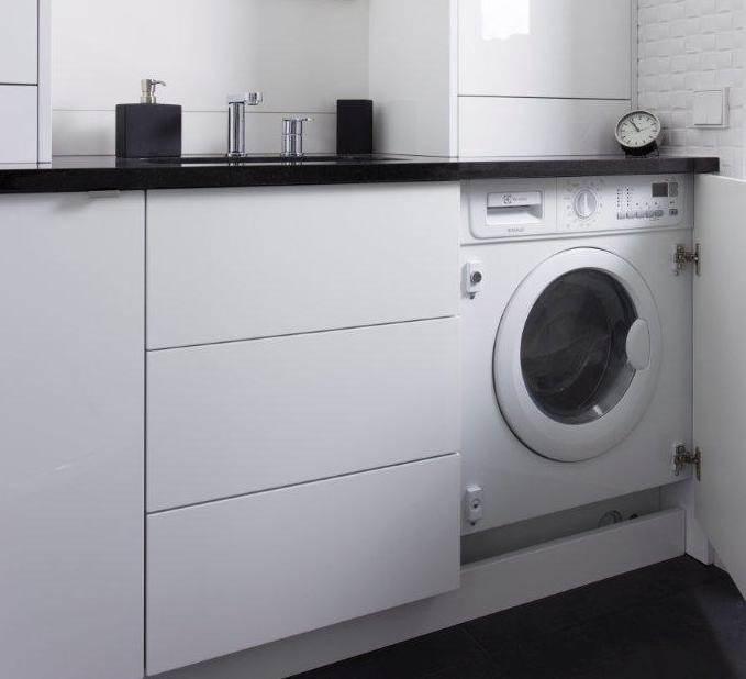 Wnętrza biało - czarne szafki w łazience ukryta pralka pralka w zabudowie nowoczesna łazienka dobry architekt projektant w fantazją meble na wymiar