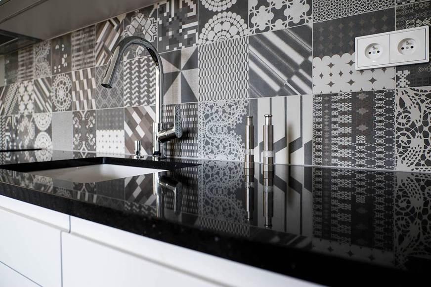 Wnętrza biało - czarne. Ceramika mutina kuchnia elegancka płytki we wzorki czarno - białe płytki bateria kuchenna kran w kuchni dobry projektant wnętrz Jacek Tryc projekowanie Waszawa Sopot Zakopane
