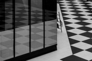 posadzka biało czarna podłoga w szachownicę płytki na podłodze podłoga w sklepie podłoga w domu towarowym projektowanie wnętrz szukam architekta z fantazją dobry architekt