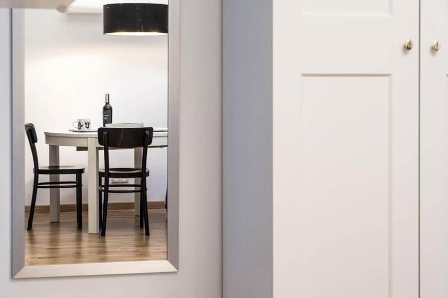 wnętrza biało - czarne klasyczny duet harmonia przeciwieństw biały stół czarne krzesła autorska pracownia projektowania wnętrz