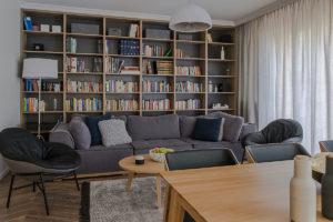salon biblioteczka w salonie sofa fotele elegancie wnętrza projektowanie wnętrz Jacek Tryc mieszkanie w Warszawie architekt wnętrz Warszawa dobry architekt