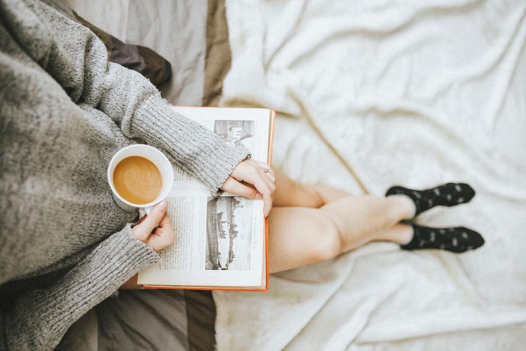 czytam w łóżku, czytam do kawy książka z rana ksiązki na zmowe wieczory domowy azyl kawa książka łóżko architekt wnetrza wArszawa blog porady inspiracje piękne wnętrza