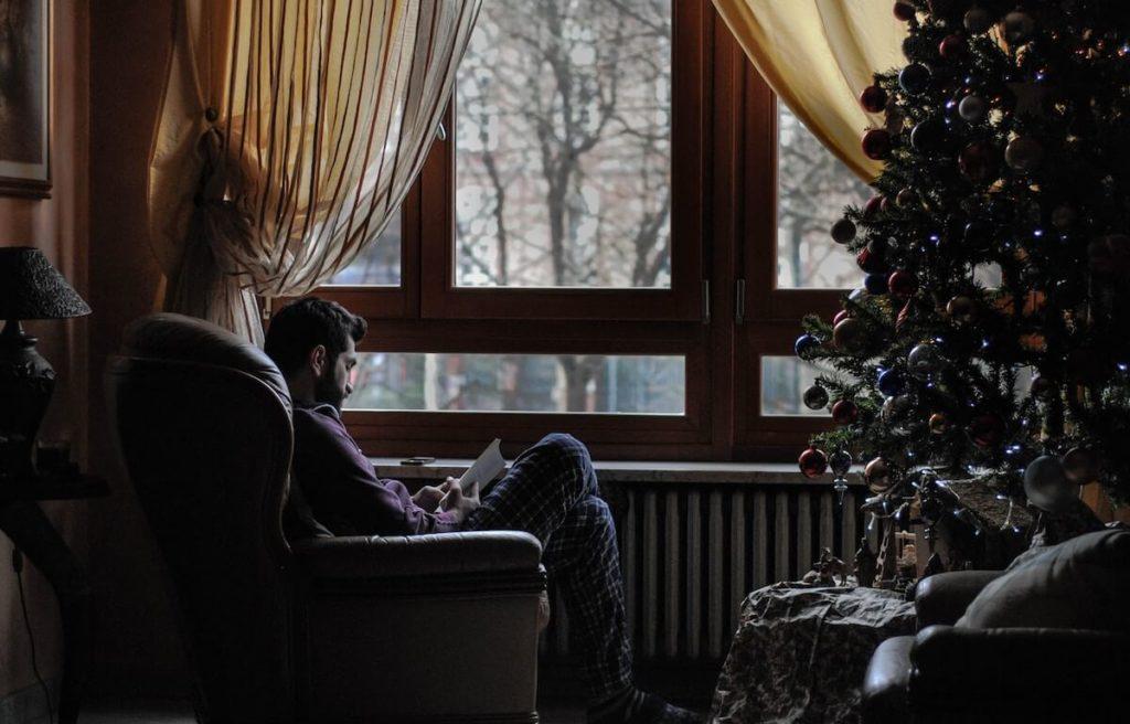 książki pod choinkę, lubię czytać, mężczyzna z brodą, chłop w piżamie, zimowe czytanie, blog