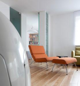 nowoczesne wnetrza pomarańczowy fotel odpoczynek azyl w domu fotel szeląg podnóżek architekt wnętrz warszawa aarnzacja wnętrz Jacek Tryc dobry architekt blog design