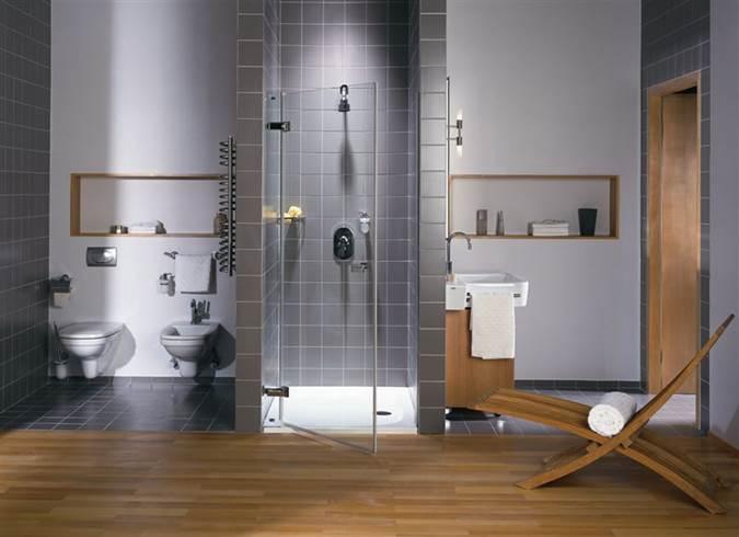 duża łazineka funkcjonalna łazienka fotel do łazienki dobry architekt ładna łazienka połeczenie drewna i szarego szukam architekta architekt wnętrz Warszawa półki w łazience przechowywanie w łazience